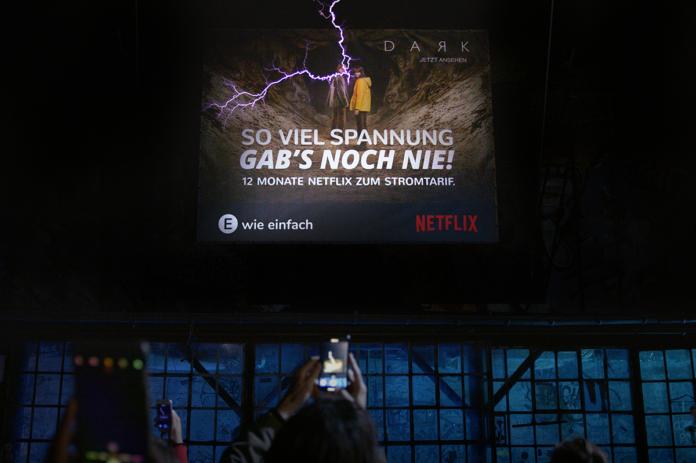 390444 696x463 - Premiere in Köln: Das spannungsvollste Plakat der Welt