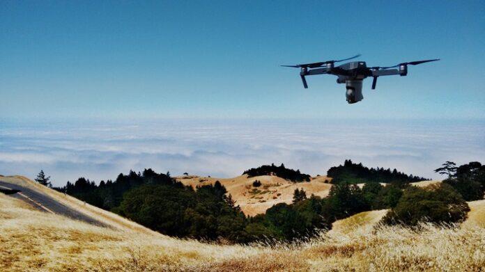Loschdrohne 696x391 - Guardian Technologies entwickelt ein fliegendes Löschsystem zur frühzeitigen Erkennung und Bekämpfung von Waldbränden