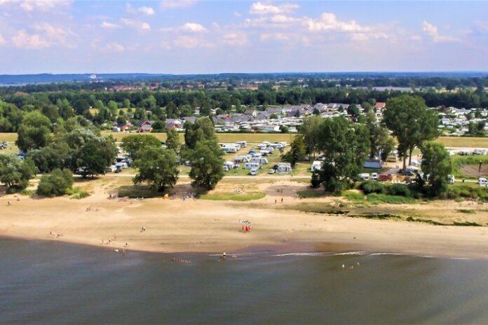 Stover Strand Int Kplatz Gelaende  696x464 - Camping: Die Lieblingsplätze deutscher Camper für den Campingurlaub zu zweit, mit der Familie und mit dem Hund