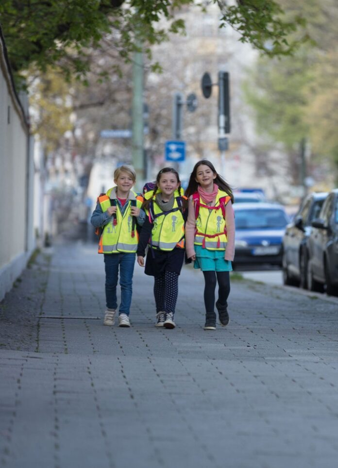 image 1 226 696x964 - Sicher und sichtbar zur Schule mit den Angeboten der ADAC Stiftung / Auf verkehrshelden.com werden verschiedene Materialien für zur Verfügung gestellt, um den Schulweg so sicher wie möglich zu machen